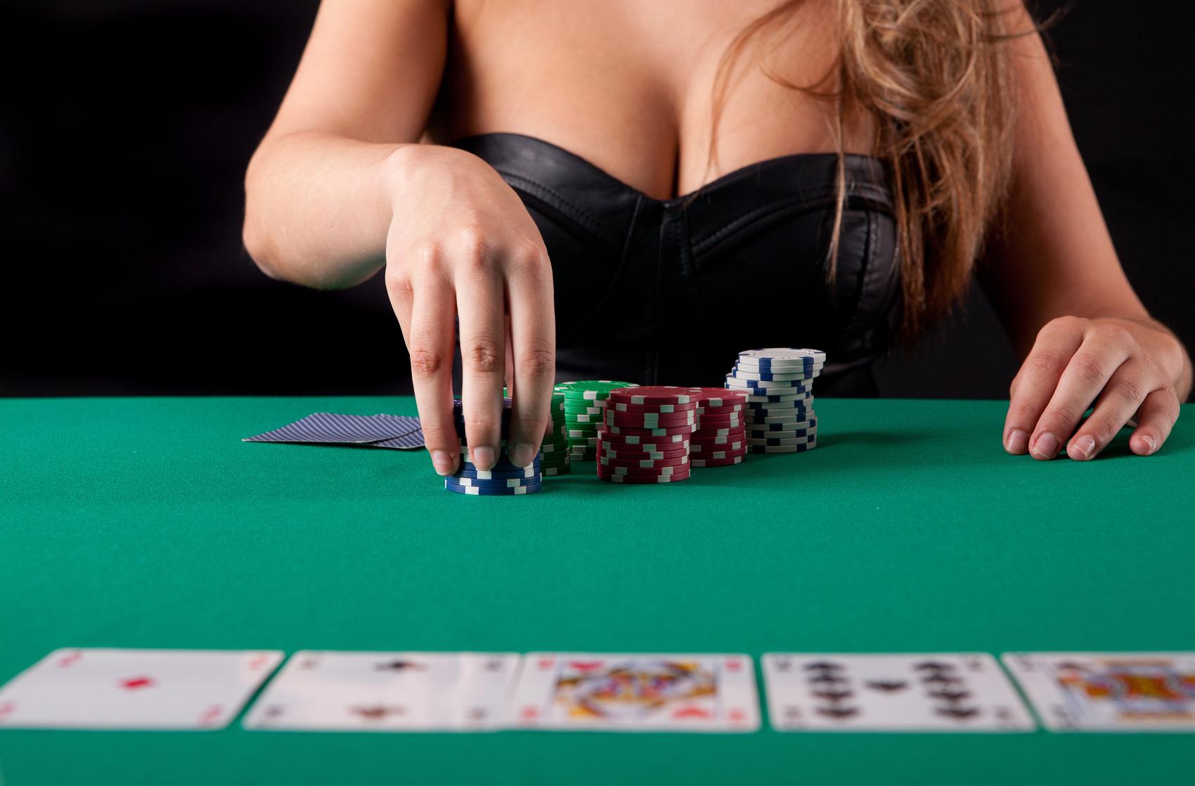Лучшие покер румы, девушка играет в покер